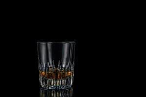 ett glas med whisky